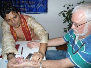 *** индийский вайдья Адвайт Трипатхи Dr Adwait Tripathi ***